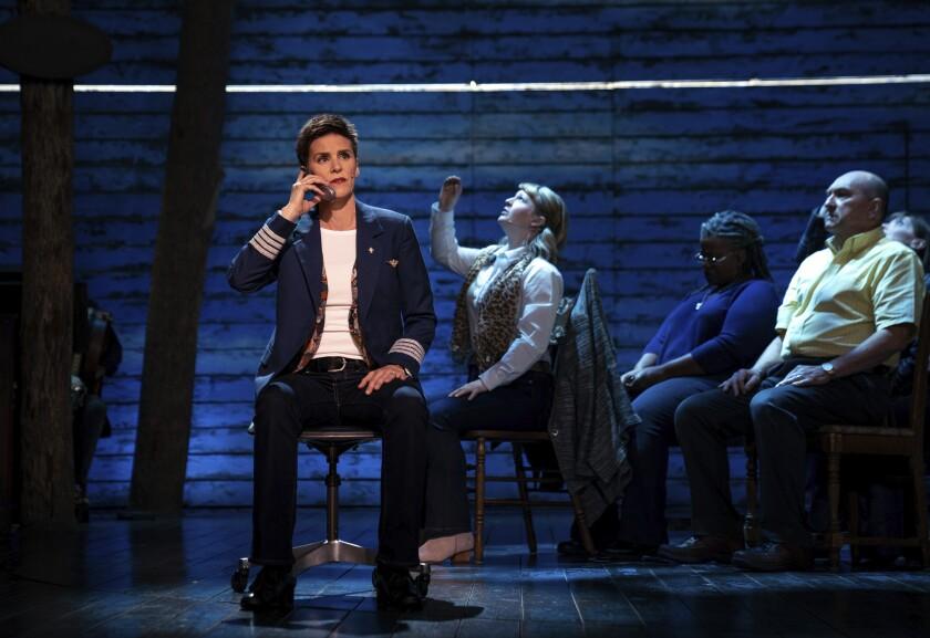 En esta imagen difundida por Apple TV+, Jenn Colella, a la izquierda, en una escena del musical