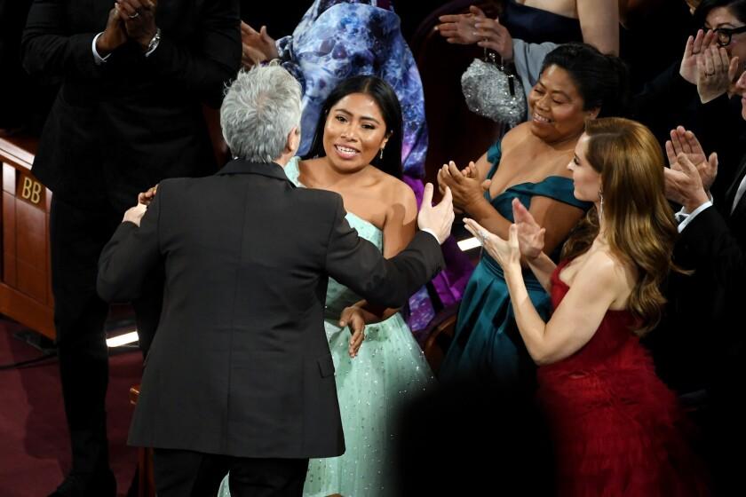 """Alfonso Cuaron, Yalitza Aparicio y Marina de Tavira reaccionan tras el primer triunfo de """"Roma"""" en el Oscar."""