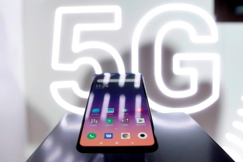 Aspecto del nuevo Xiaomi Mi MIX 3 5G, el primer teléfono móvil con tecnología 5G de la compañía china que ha sido presentado este domingo en un evento previo al comienzo del Congreso Mundial de Móviles que empezará mañana en Barcelona. EFE