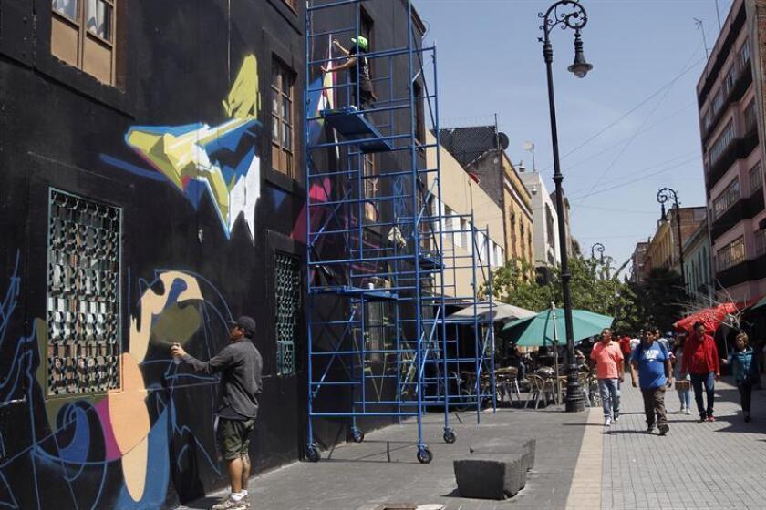 Artista urbanos pintan un Graffiti hoy, viernes 5 de octubre de 2018, durante el Festival Internacional de Graffiti, en Ciudad de México (México).EFE