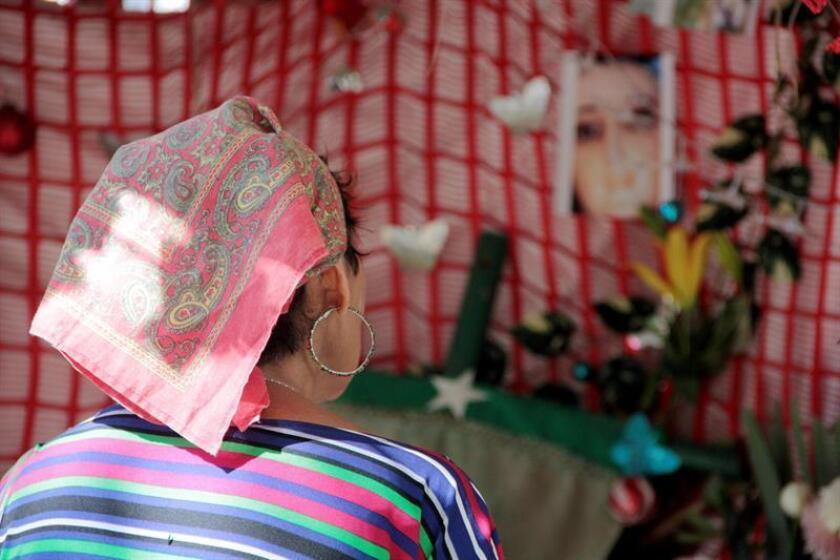 """Los habitantes de la colonia Sinaí, en el violento municipio mexicano de Acapulco, aguardan con expectación el resultado de un análisis que la Iglesia católica realiza a una imagen de la virgen de Guadalupe que, de acuerdo con su propietaria, ha derramado """"lágrimas"""" recientemente. EFE"""
