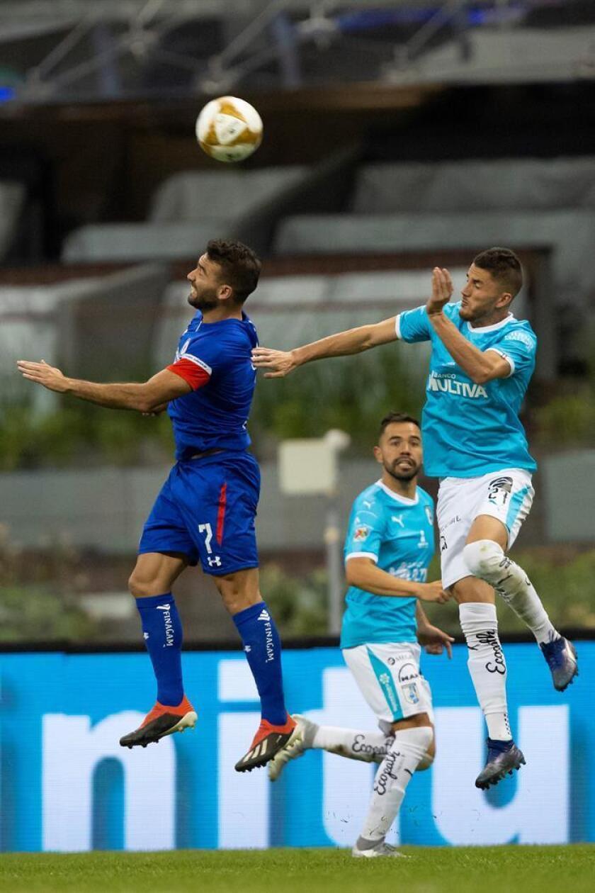 El jugador de Cruz Azul, Martín Cuateruccio (i), pelea por el balón con Hiram Mier (d) de Querétaro en el estadio Azteca en Ciudad de México (México). EFE/Archivo