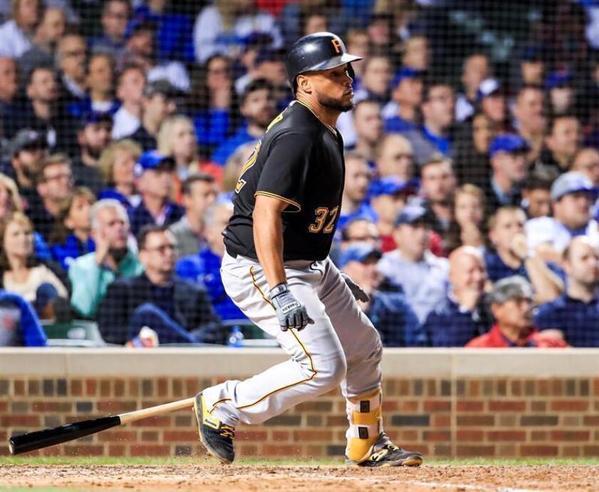 El receptor de los Piratas Elías Díaz se dirige a la primera base tras batear, durante un partido de las Grandes Ligas de Béisbol entre los Cachorros de Chicago y los Piratas de Pittsburgh, en el Wrigley Field de Chicago, Illinois (EE.UU.). EFE