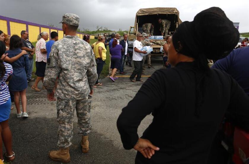 Miembros del ejército entregan suministros a damnificados por el paso del huracán María en Puerto Rico. EFE/Archivo