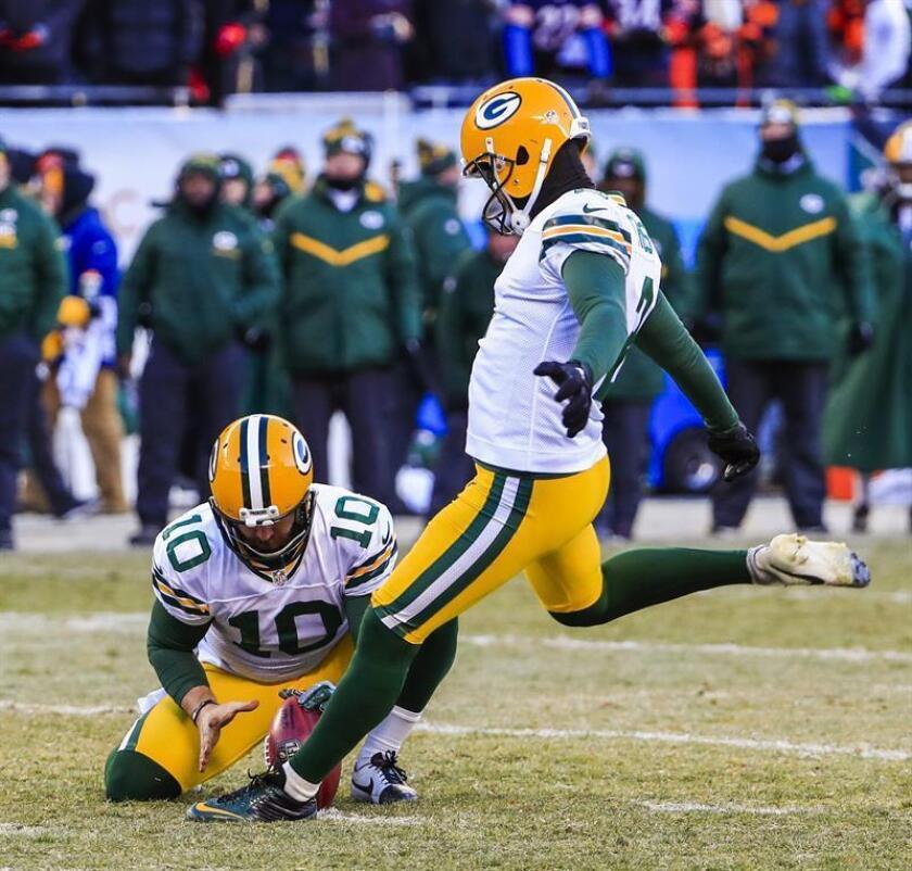 El lanzador de Green Bay Packers, Jacob Schum (i), en la segunda mitad de su partido de fútbol americano contra los Chicago Bears en el Soldier Field de Chicago, Illinois, EE.UU., hoy 18 de diciembre de 2016. Los Packers patearon un gol de campo con tres segundos restantes en el reloj del juego para derrotar a los Bears. EFE
