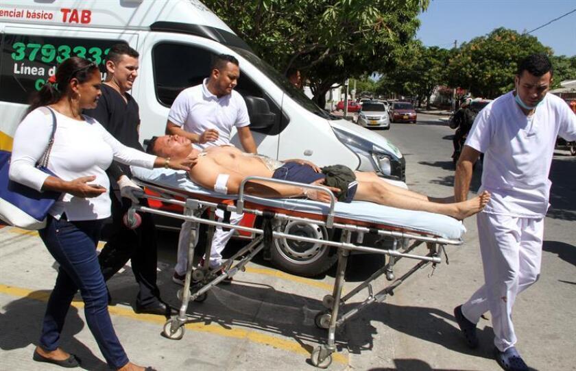 """Un policía herido es trasladado en ambulancia luego de una explosión hoy, sábado 27 de enero de 2018, en Barranquilla (Colombia). La Organización de Estados Americanos (OEA) mostró hoy su """"enérgico rechazo"""" al atentado contra una comisaría de Policía del barrio San José, en la ciudad colombiana de Barranquilla, en el norte del país, en el que al menos tres policías perdieron la vida. EFE"""