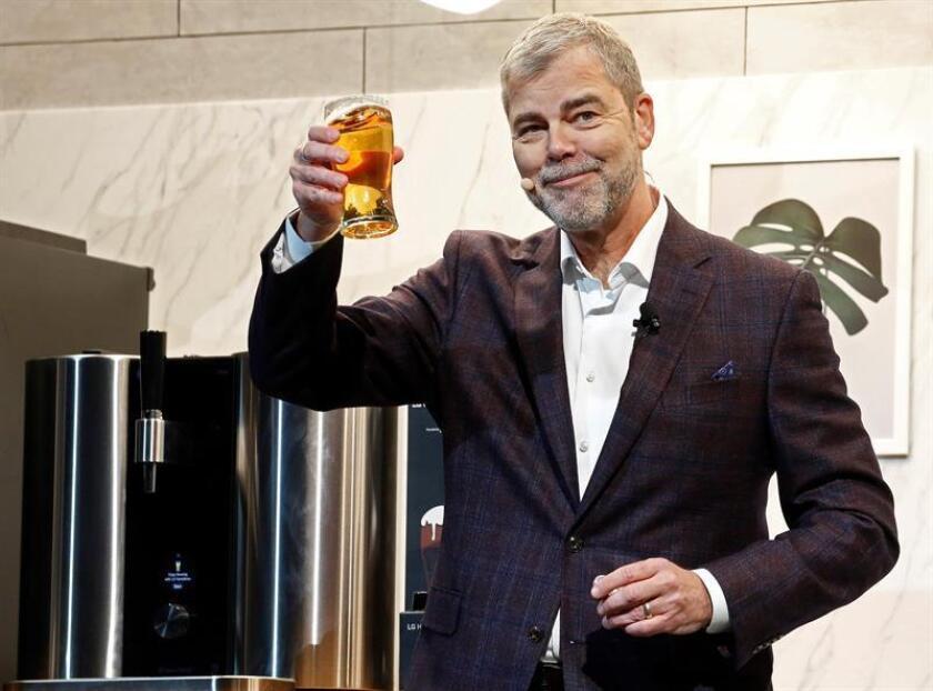 El vicepresidente comercial de la multinacional surcoreana LG para Estados Unidos, David VanderWaal, posa con una cerveza fabricada por una de sus máquinas durante la feria de electrónica de consumo CES 2019 celebrada en Las Vegas, Nevada (Estados Unidos) hoy, 7 de enero de 2019. EFE