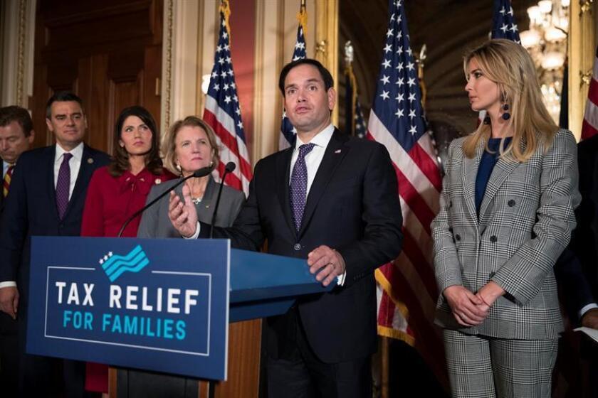 El senador republicano por Florida Marco Rubio (c) habla junto a Ivanka Trump durante una rueda de prensa. EFE/Archivo