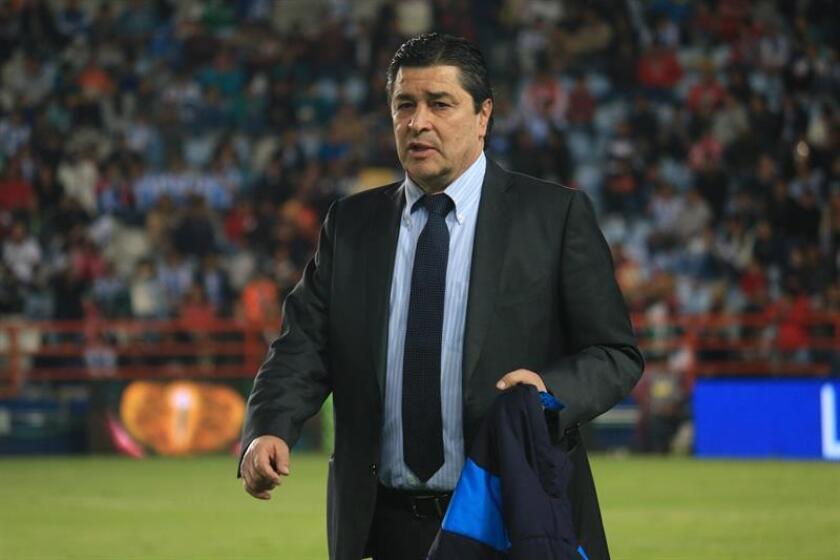 El director técnico de Querétaro, Luis Fernando Tena, gesticula durante el encuentro entre Tuzos del Pachuca y Gallos Blancos de Querétaro. EFE/Archivo