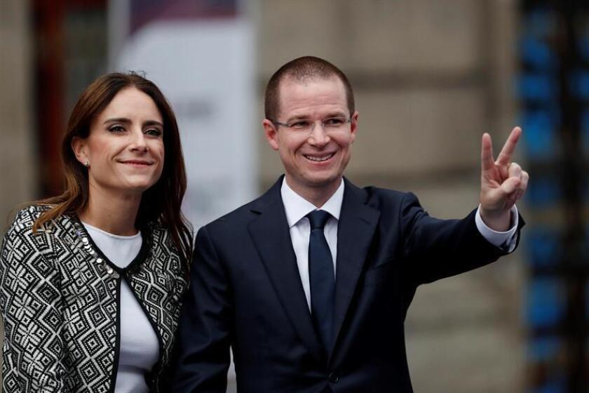 El candidato a la Presidencia de México el conservador Ricardo Anaya (d) saluda acompañado de su esposa Carolina Martínez Franco (i) a su llegada al primer gran debate ayer, domingo 22 de abril de 2018, en Ciudad de México (México). EFE