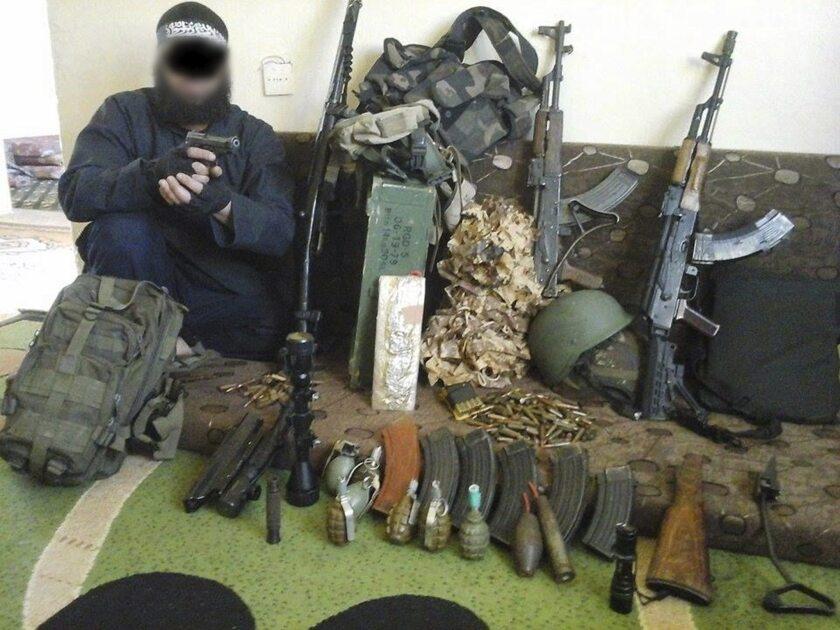 Fotografía facilitada por la policía alemana, que muestra a un argelino de 34 años posando junto a armas y municiones en una localidad no revelada. El hombre fue detenido en un albergue para refugiados de Attendorn (oeste de Alemania), a donde había llegado hacía unas semanas desde Baviera (sur del país) tras atravesar la llamada ruta de los Balcanes. Forma parte de una supuesta célula del Estado Islámico (EI) que presuntamente estaba empezando a preparar un atentado terrorista en Berlín. EFE
