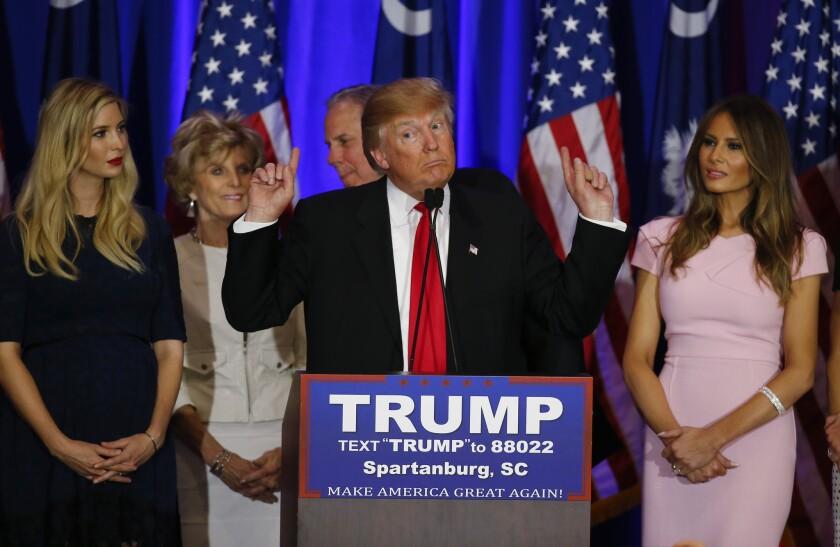 El empresario Donald Trump, aspirante a la candidatura republicana a la presidencia de EEUU, habla durante un acto tras las primarias republicanas de South Carolina, el sábado 20 de febrero de 2016 en Spartanburg, South Carolina. (AP Foto/Paul Sancya)