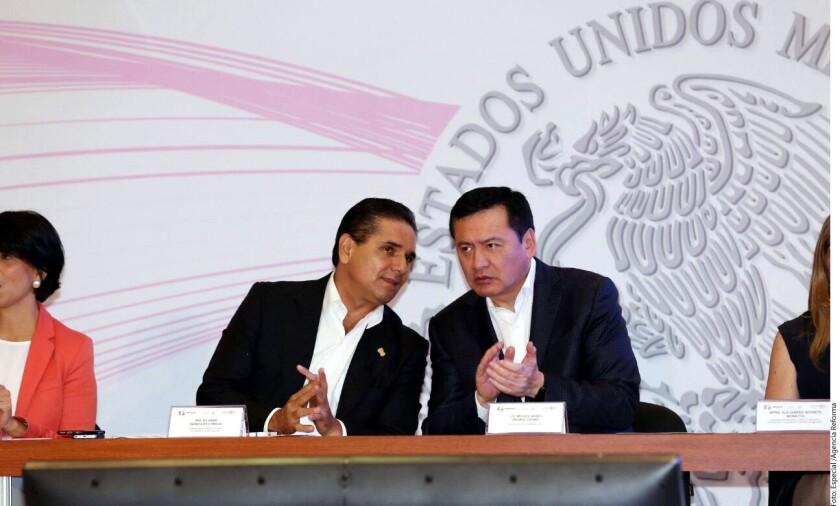 Miguel Ángel Osorio Chong (der.), secretario de Gobernación, afirmó que la declaratoria de alerta de género en Michoacán deberá traducirse en acciones tangibles para eliminar la violencia contra las mujeres todo en el territorio estatal.