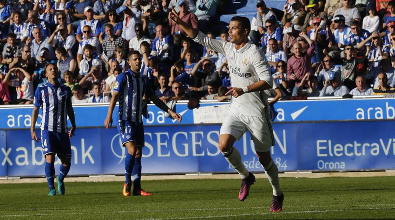 Tras una semana de críticas, Cristiano Ronaldo marcó triplete y el Real Madrid (24 puntos) remontó para golear 4-1 en cancha del Alavés, y asegurarse una semana más el liderato de la liga española.
