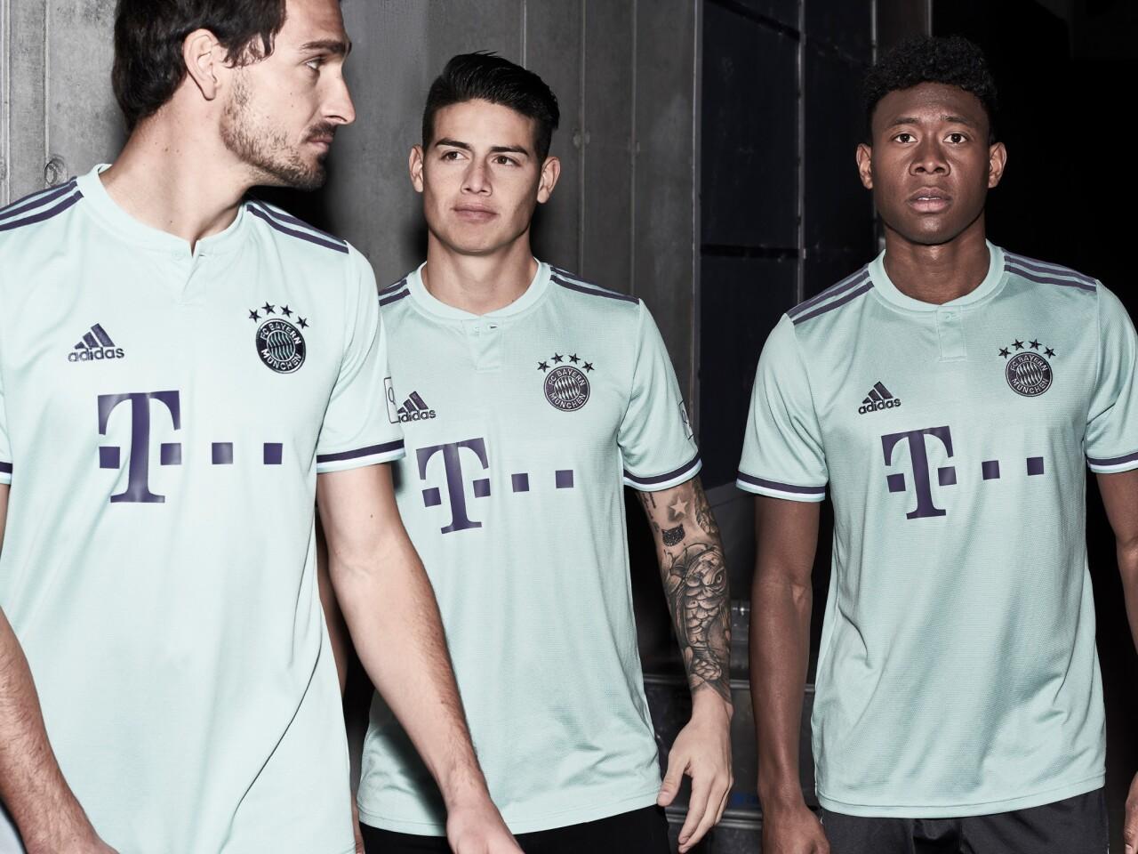 El poderoso equipo del Bayern Múnich develó su camiseta secundaria, para los partidos de visita del conjunto alemán. La camiseta es de color verde, con vivos morados. ¿Qué les parece?