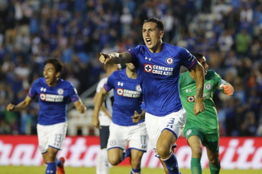 El jugador Enzo Roco (frente) de Cruz Azul festeja una anotación ante Pumas durante el juego correspondiente a la jornada 12 del torneo mexicano de fútbol celebrado en el estadio Azul en Ciudad de México. EFE