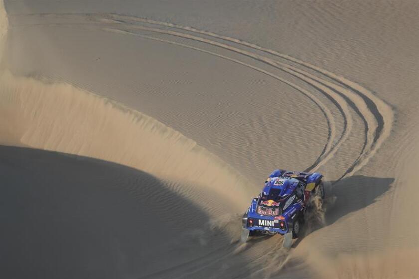 El español Carlos Sainz conduce su vehículo Mini durante la segunda etapa del Rally Dakar 2019 entre Pisco y San Juan de Marcona (Perú). EFE