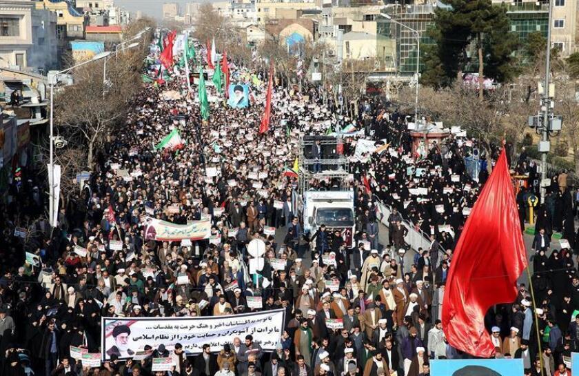 Varios iraníes participan en una manifestación contra las protestas antigubernamentales en la ciudad de Mashhad (Irán) hoy, 4 de enero de 2018.EFE