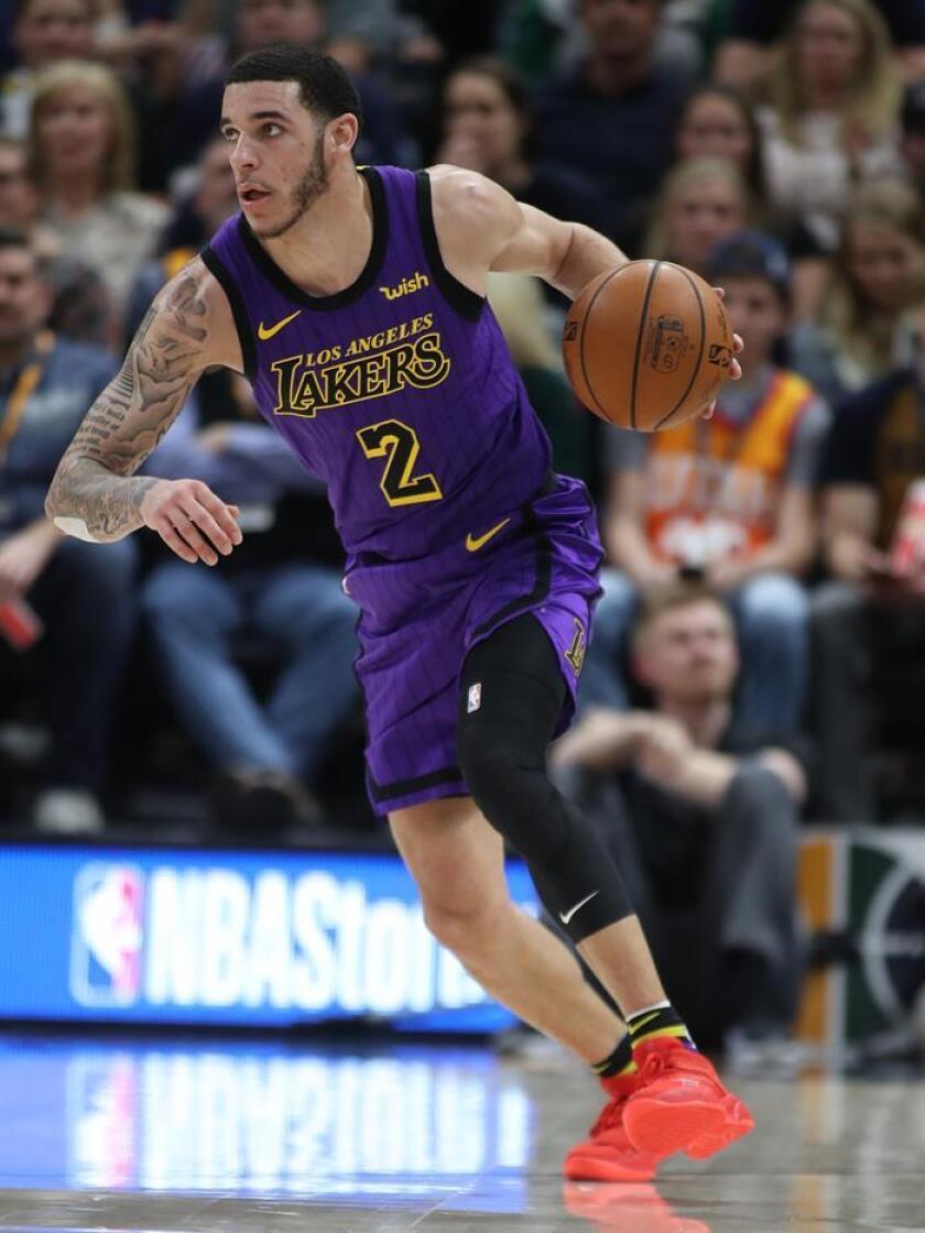 En la imagen un registro de Lonzo Ball, base titular de los Lakers de Los Ángeles, quien será baja al menos por un mes y medio debido al esguince de tercer grado que sufre en su tobillo izquierdo. EFE/Archivo