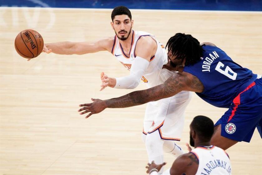 El jugador Enes Kanter (i) de los Knicks. EFE/Archivo