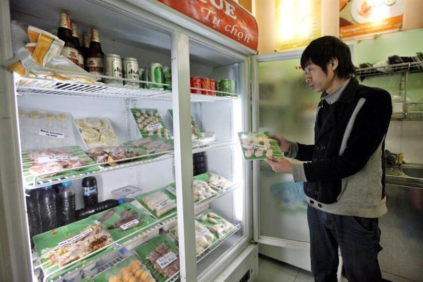 Un hombre saca de un frigorífico un producto. EFE/Archivo