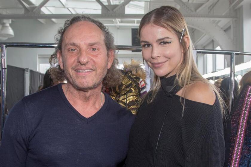 Águeda López, modelo española y esposa del músico Luis Fonsi posa junto al diseñador Custo Barcelona hoy, sábado 10 de febrero de 2018, durante la presentación de la colección otoño/invierno del diseñador español, presentada durante la Semana de la Moda de Nueva York (Estados Unidos). EFE