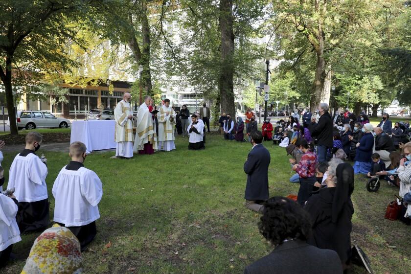 El arzobispo Alexander Sample realiza un exorcismo para alejar los espíritus malignos de la ciudad de Portland