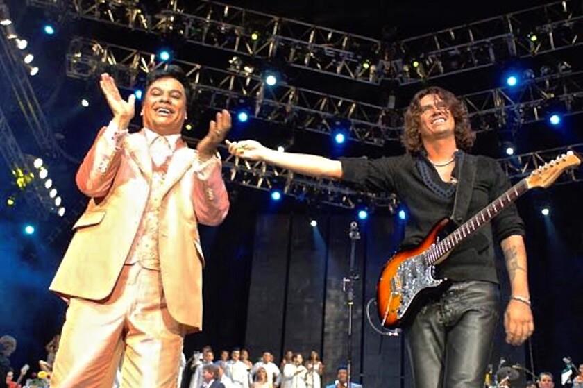 Saúl Hernández (izq.) al lado del recientemente fallecido Juan Gabriel durante un concierto realizado en el Auditorio Nacional de México hace varios años.