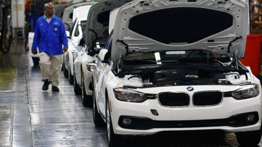 """Esta misma semana, el presidente electo Donald Trump amenazó con imponer """"grandes aranceles"""" a los fabricantes estadounidenses Ford y General Motors (GM), y al japonés Toyota, si siguen ensamblando sus vehículos fuera de EE.UU. y los venden en su país."""