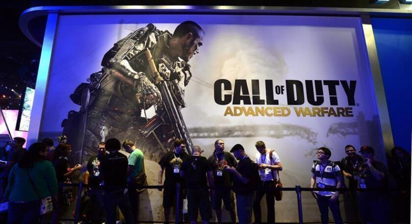 Visitantes hacen fila para la presentación del juego de Activision's 'Call of Duty; Advanced Warfare' durante la Exposición de Entretenimiento Electronico - E3, el miércoles 11 de junio de 2014, en Los Ángeles (EE.UU.). EFE/Archivo