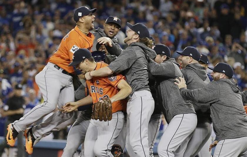 Los jugadores de los Astros de Houston celebran su triunfo al termino del séptimo juego de la Serie Mundial de las Grandes Ligas (MLB) de béisbol disputado ante los Dodgers de Los Ángeles. EFE/Archivo