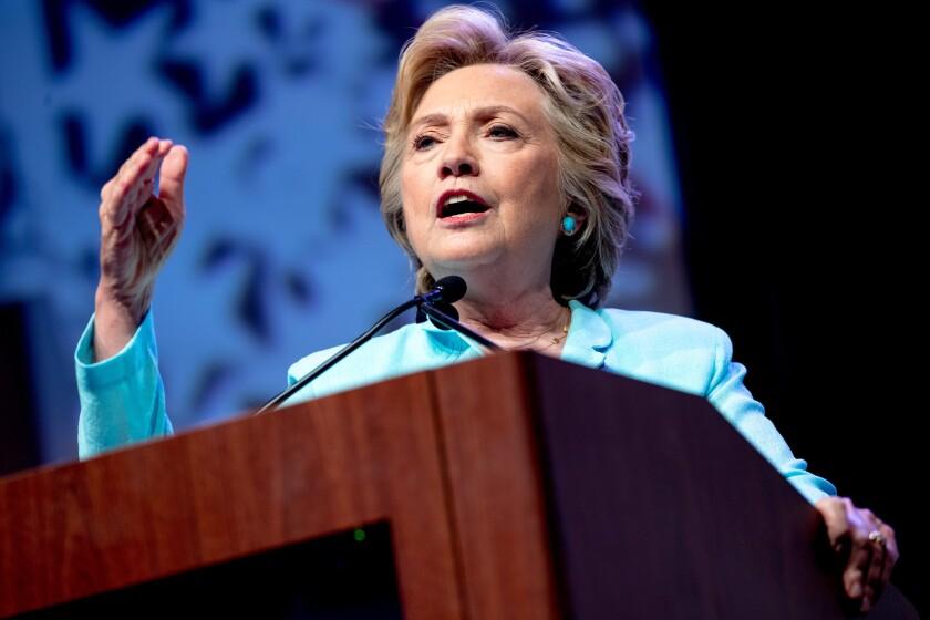 La candidata presidencial demócrata Hillary Clinton habla durante una convención nacional de periodistas latinos y afrodescendientes en Washington, el viernes 5 de agosto de 2016. (Foto AP / Andrew Harnik)