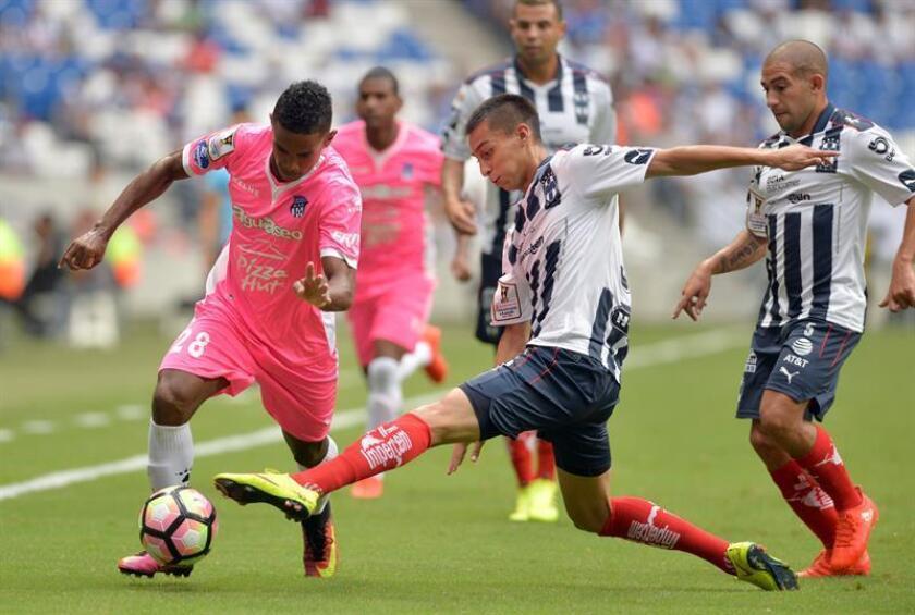 El panameño Édgar Bárcenas (izq) y el argentino Leonardo Ramos convirtieron un gol cada uno para guiar hoy a los Cafetaleros de Tapachula a un triunfo de 1-2 sobre los Venados de Yucatán en la Copa Mx del fútbol mexicano. EFE/ARCHIVO