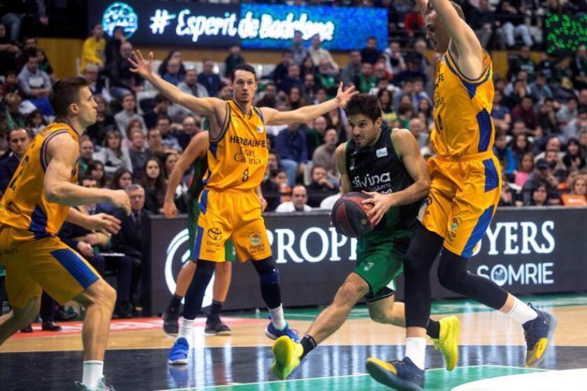 El base argentino del Divina Seguros Nico Laprovittola (2d) rodeado de rivales del Herbalife GC durante el partido de la jornada 18 de la liga ACB Endesa disputado en el Olimpico de Badalona. EFE