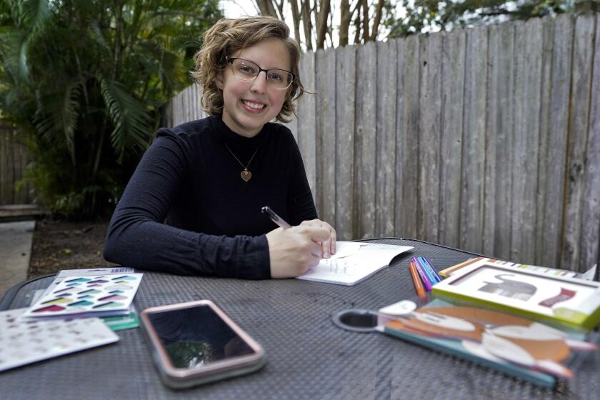 Kara McKlemurry posa para una foto mientras escribe notas por Acción de Gracias a familiares y amigos