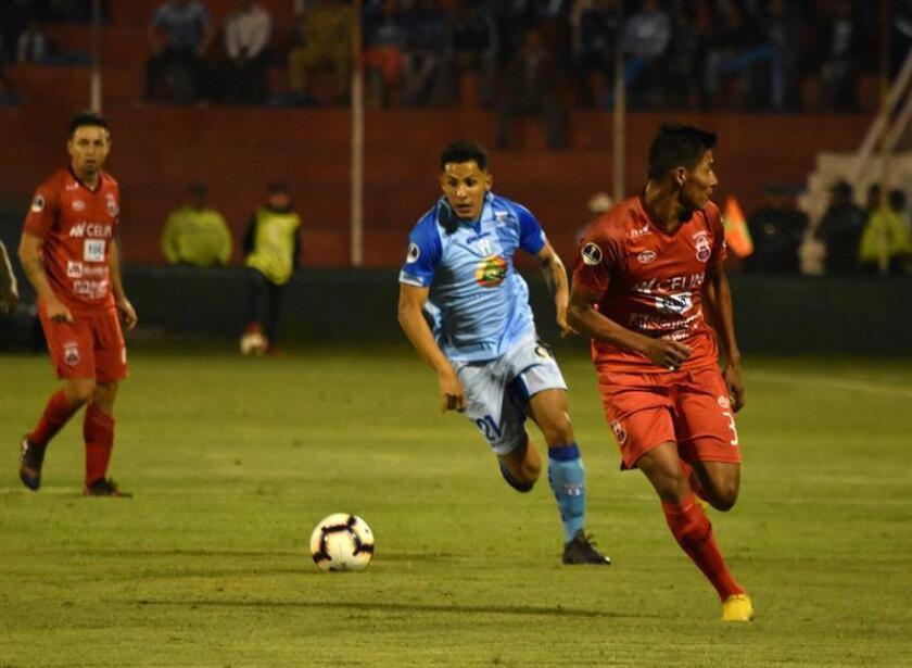 Jonathan de la Cruz (i) del Macará de Ambato disputa el balón con Fran Supayabe (d) del Guabirá el 12 de febrero de 2019, durante el partido de ida de la Copa Sudamericana en el estadio Bellavista de Ambato (Ecuador). EFE