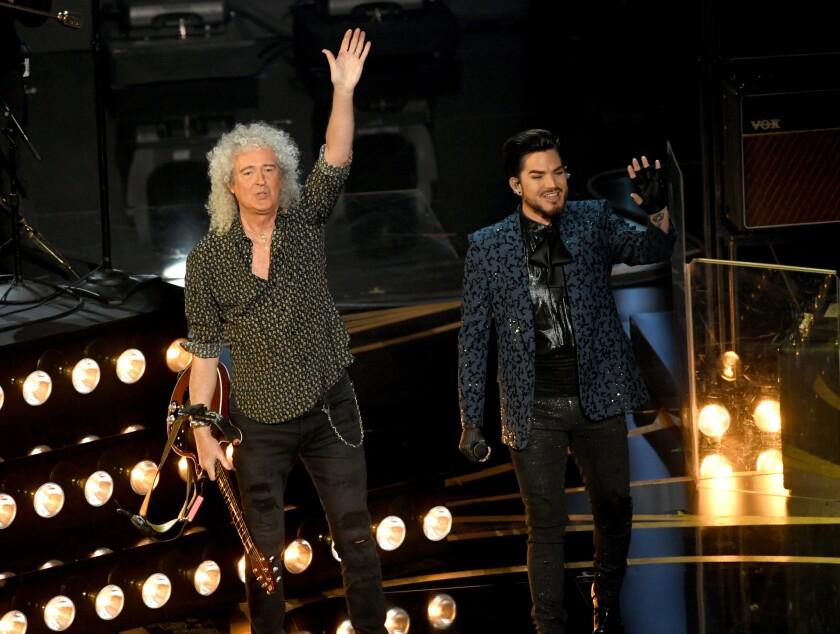 Brian May de Queen y Adam Lambert en el escenario del Oscar durante su acto musical.