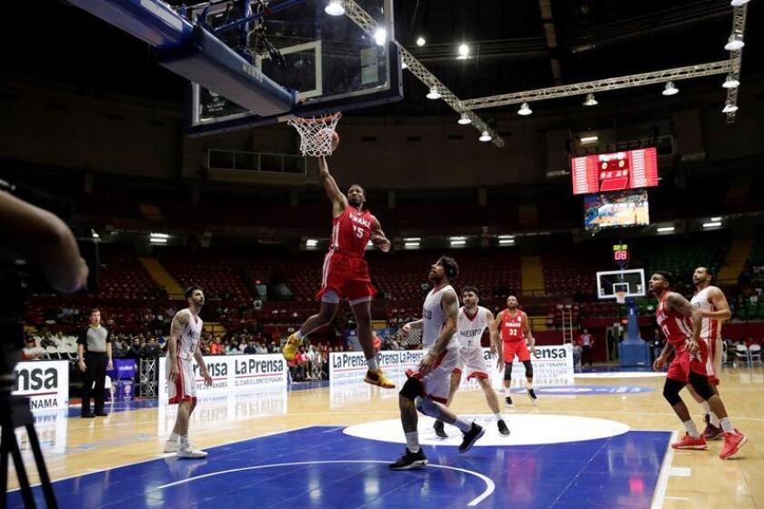 Akil Mitchell (c) de Panamá en acción contra México hoy, jueves 29 de noviembre de 2018, durante un partido de la Federación Internacional de Baloncesto (FIBA) clasificatorio para el mundial de China 2019 en la Arena Roberto Durán en ciudad de Panamá (Panamá). EFE