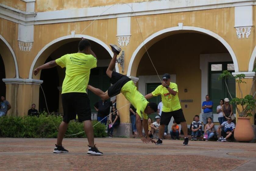 """Miembros de la Federación de Cuica de Mayagüez realizan su exhibición en uno de los patios del Instituto de Cultura Puertorriqueña,como parte del primer día de espectáculos del V Festival Internacional de Circo y Artes de Puerto Rico """"Circo Fest"""", en el Viejo San Juan (Puerto Rico) hoy, sábado 10 de marzo de 2018. EFE"""