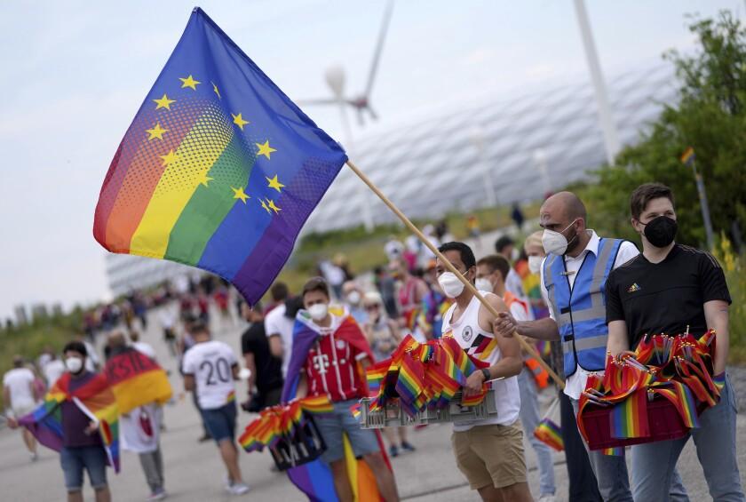 Aficionados al fútbol, con la bandera arcoiris que identifica al colectivo LGBTQI