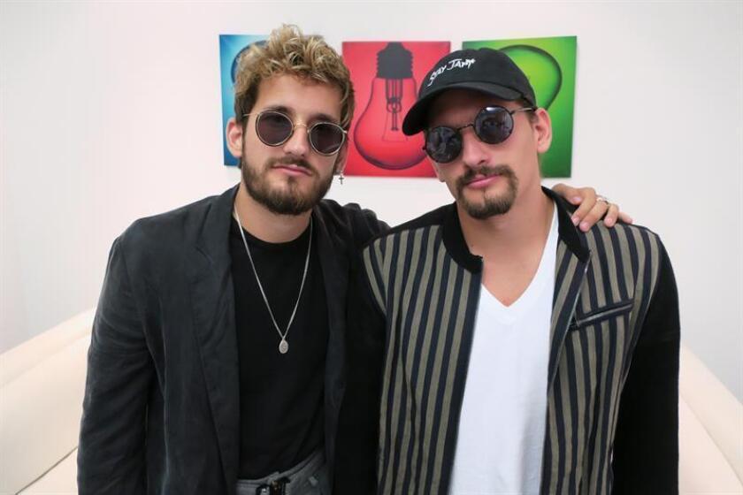 Los hermanos y artistas venezolanos Ricky (i) y Mau (d), hijos del cantante Ricardo Montaner, posan hoy, viernes 6 de abril de 2018, durante una entrevista con Efe en las oficinas de Sony Music, en San Juan (Puerto Rico). EFE