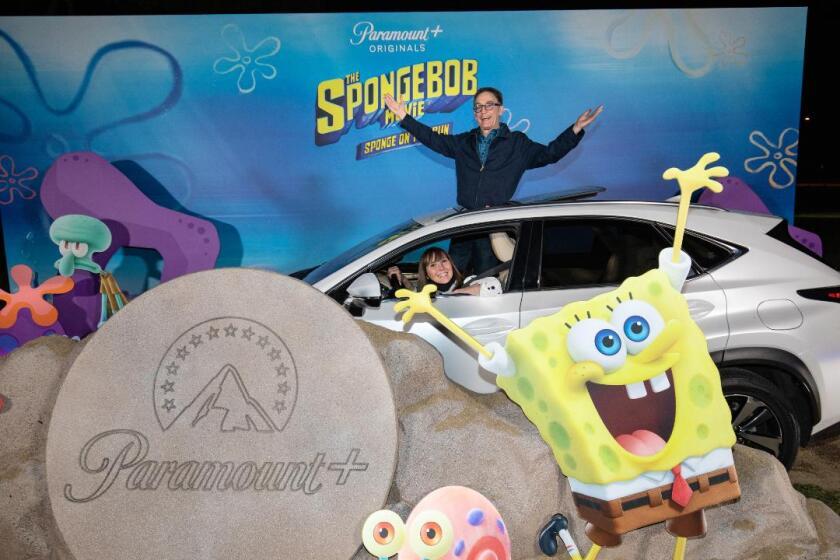 "Tom Kenny (arriba) durante la premiere 'sobre ruedas' de ""Sponge on the Run""."