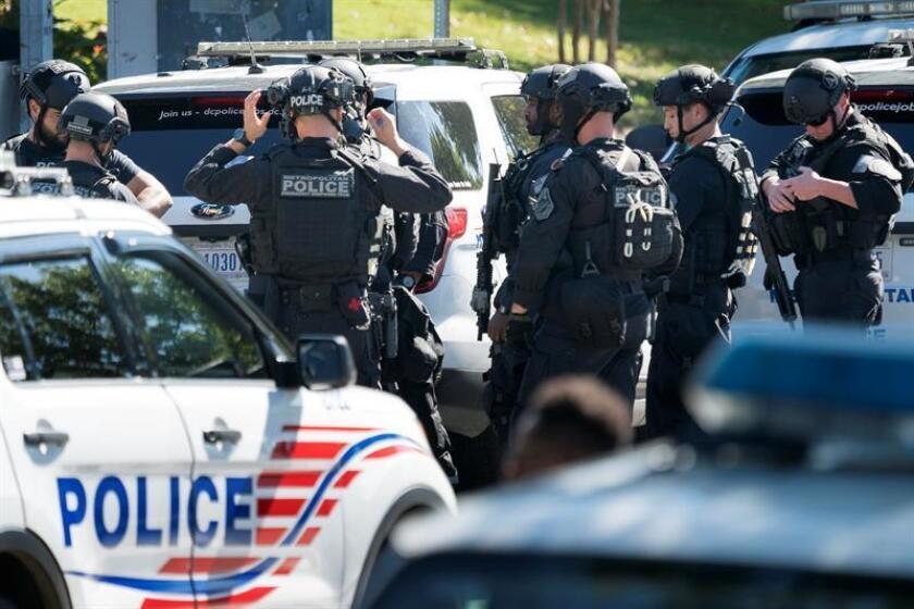 Miembros de las autoridades montan guardia a las afueras del campus de la Universidad Howard tras recibir un aviso de un francotirador armado en Washington. EFE/Archivo