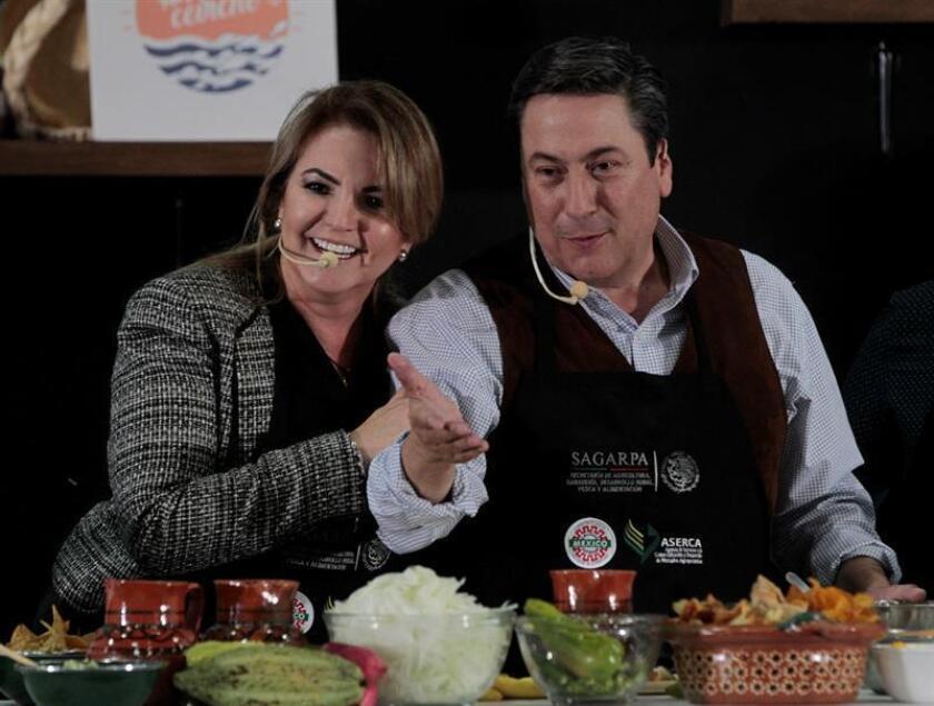 La ministra de Acuacultura y Pesca de Ecuador, Ana Katuska Drouet Salcedo (i), y el secretario de Agricultura, Ganadería, Desarrollo Rural, Pesca y Alimentación (Sagarpa), Baltazar Hinojosa (d), participan hoy, jueves 16 de agosto de 2018, en el marco de la Expo México Alimentaria en Ciudad de México (México). EFE