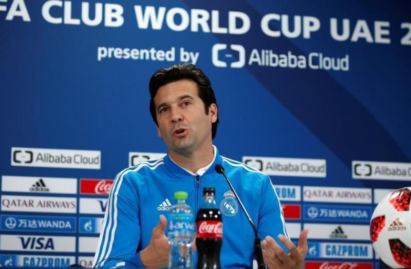 El entrenador argentino del Real Madrid, Santiago Solari, ofrece una rueda de prensa en el estadio Zayed Sports City durante el FIFA Mundial de Clubes en Abu Dabi, Emiratos Árabes Unidos. EFE/ Ali Haider