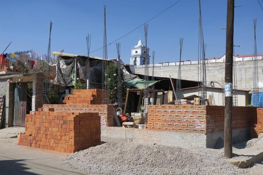 Fotografía fechada el día 11 de enero de 2018 muestra una vivienda en costrucción, en el Municipio de Jojutla, Morelos (México). Ladrillo a ladrillo, los damnificados avanzan en la reconstrucción de sus casas cuatro meses después del terremoto en México, con el miedo de dejar su vivienda a medias por falta de recursos y la polémica por el supuesto desvío de dinero en el reparto de ayudas. EFE