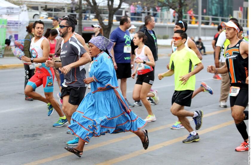 Decenas de tarahumaras provenientes de la Sierra de Chihuahua participaron en el 21K o en el 5K, la mayoría usando su vestimenta habitual, lo que le dio un colorido especial al evento.