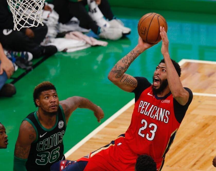 Anthony Davis (d),jugador de los Pelicans de Nueva Orleans. EFE/Archivo