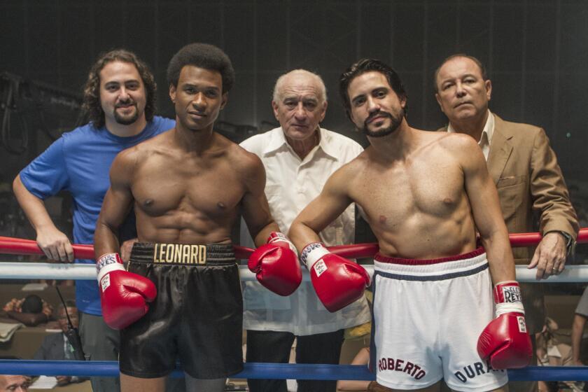"""De izquierda. a derecha, el director venezolano Jonathan Jakubowicz y los actores Usher Raymond, Robert De Niro, Édgar Ramírez y Ruben Blades durante la filmación de la cinta """"Hands of Stone"""", a la venta ya en DVD y Blu-ray."""