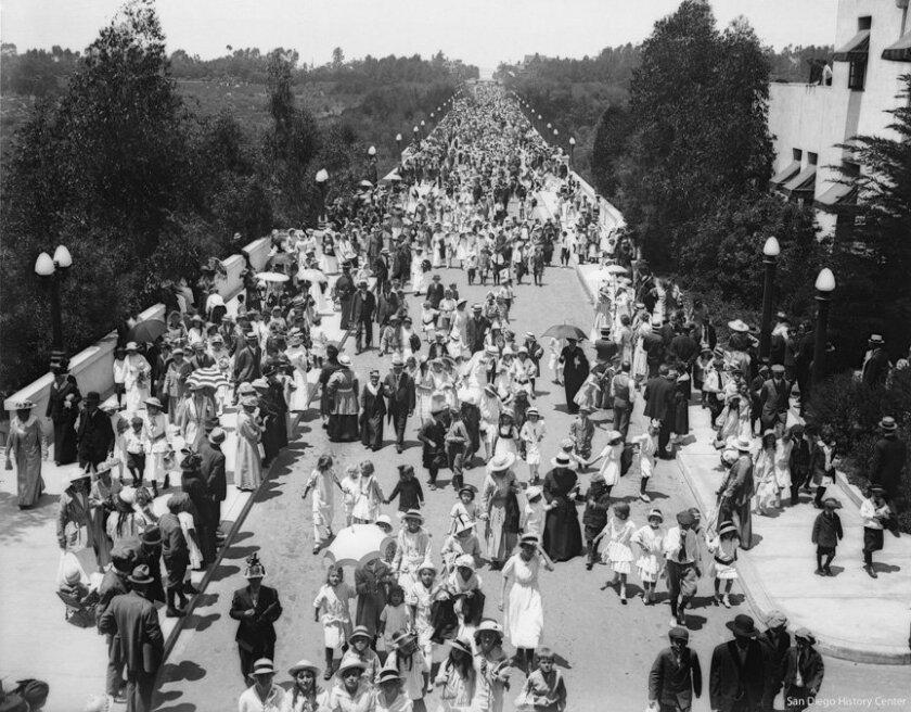 A huge crowd crosses the Cabrillo Bridge in Balboa Park in 1916.